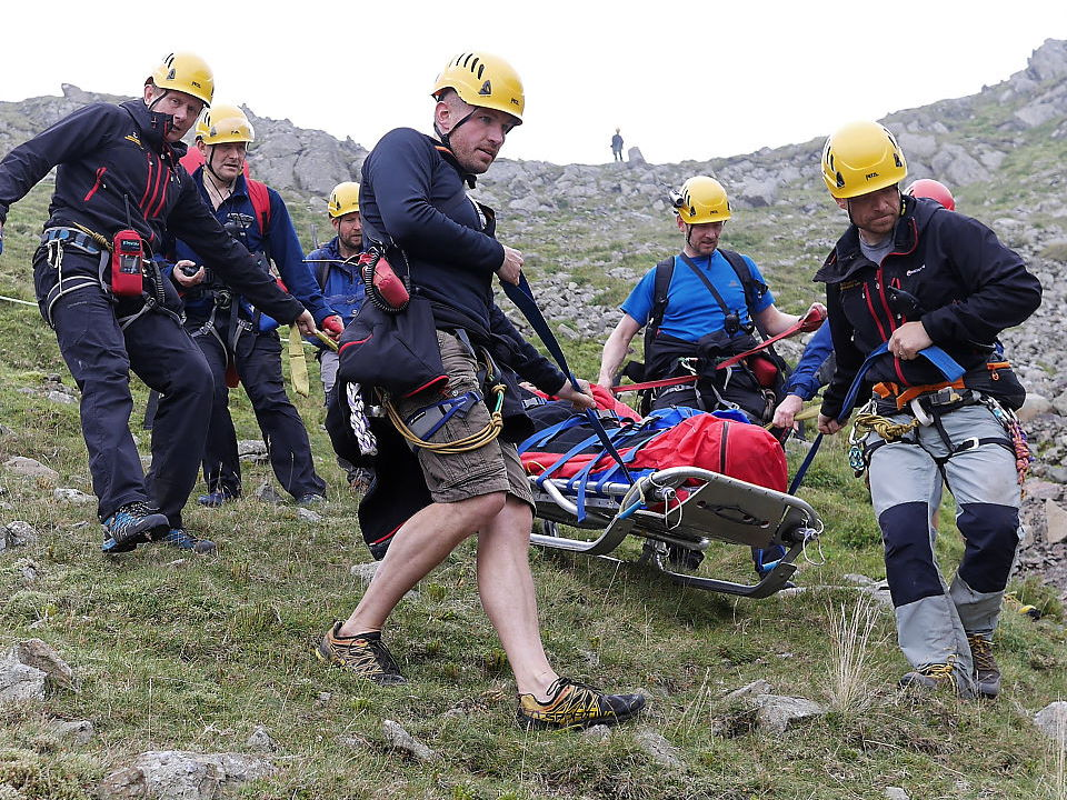 Stretcher skidding and carrying on steep ground